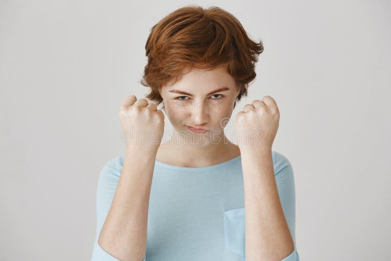 Sie verbessern nicht Verwirrung mit mir, Junge Europäische Frau der emotionalen netten Rothaarigen, die von unterhalb der Brauen  lizenzfreie stockbilder
