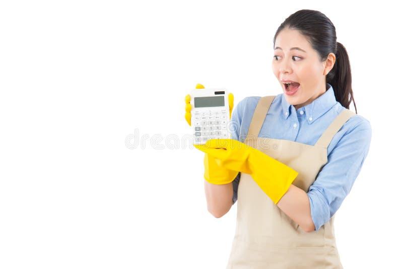 Sie wird aufgeregt, um den Preis der Monatsrechnung zu sehen lizenzfreies stockfoto