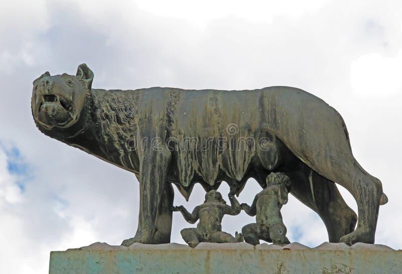 sie wolf s ugt romulus und remus sch ne alte fenster in rom italien stockbild bild von reise. Black Bedroom Furniture Sets. Home Design Ideas