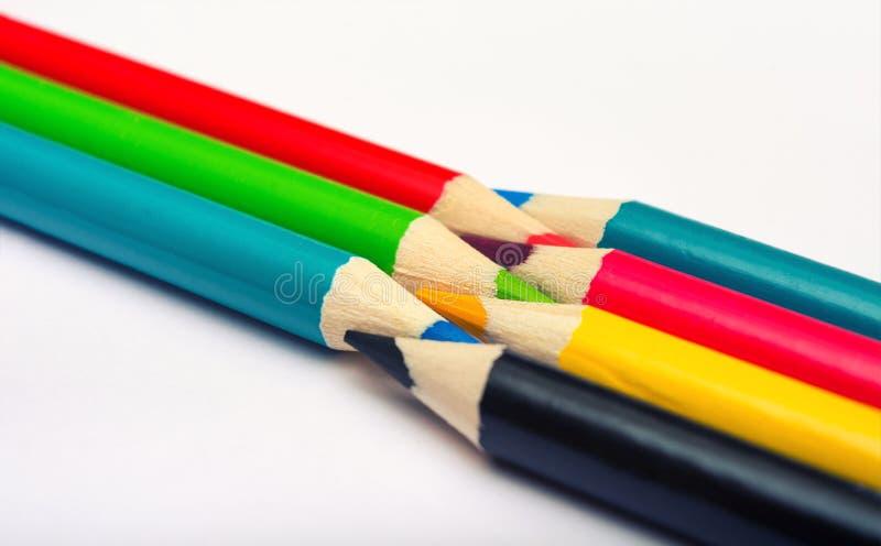 Sieben farbige Stifte Die Farben Rot, Grün, Blau, Cyan, Magenta, Gelb und Schwarz Konzept der Konvertierung von Farbprofilen aus  stockfotos