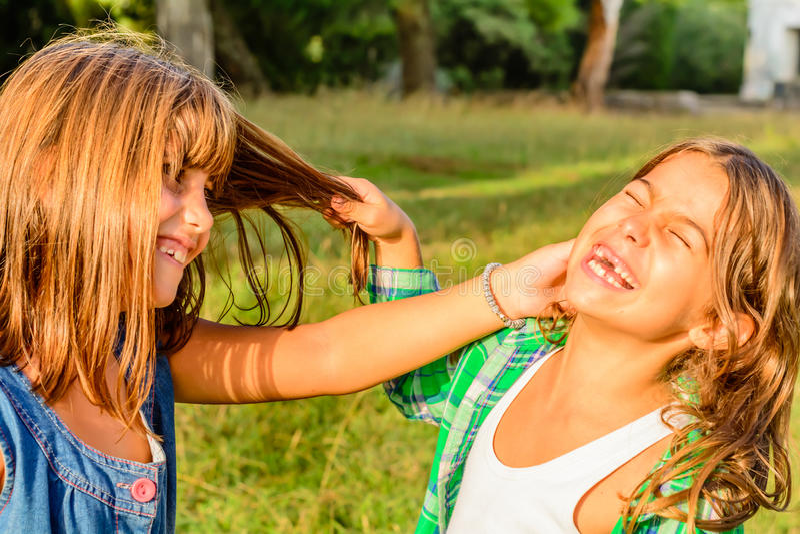 Sieben Jährige, die ihr Freundhaar vereinigen lizenzfreie stockfotos