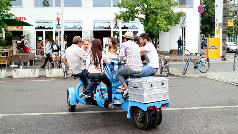 Sieben Leutefahrräder auf den Straßen von Berlin, Deutschland lizenzfreies stockbild