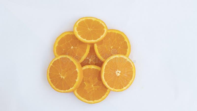 Sieben orange Scheiben gelegt auf einander lizenzfreies stockbild