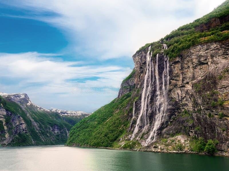 Sieben Schwester-Wasserfall im geirangerfjord lizenzfreie stockbilder