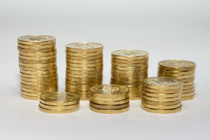Sieben Spalten russische Zehnmünze der Münzen stellten in zwei Reihen ein, die das Wachstum von Einsparungen zeigen stockfotografie