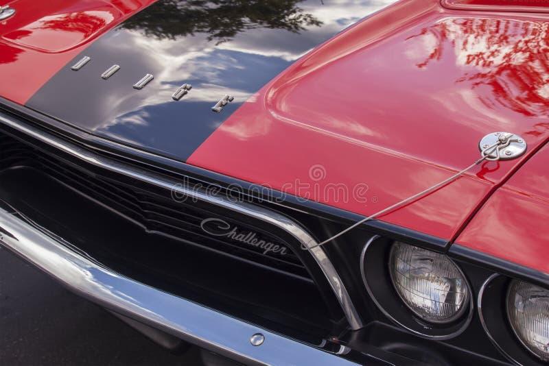 siebziger Jahre zwei Tone Dodge Challenger Logo und Haube lizenzfreie stockfotos