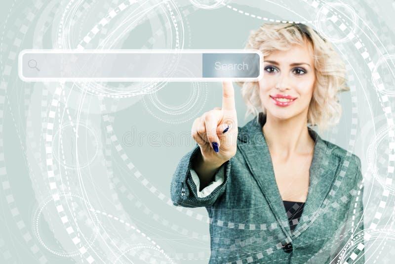 Sieci i Www pojęcie Biznesowa kobieta z pustym adresu barem z rewizji ikoną w wirtualnej przeglądarce internetowej na błękit fotografia royalty free