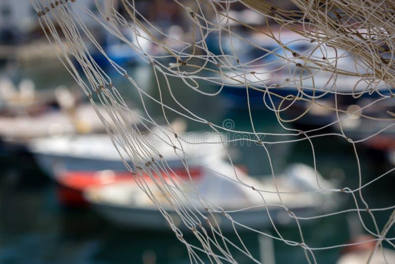 Sieci rybackie przeciw łodziom w porcie, selekcyjna ostrość zdjęcie stock