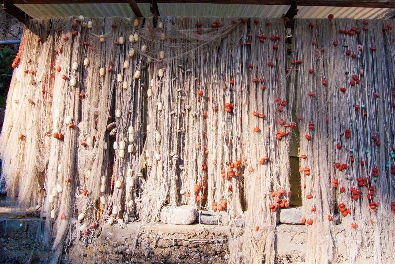 Sieci rybackie z pławikami i ciężarami wieszali out suszyć zdjęcie royalty free