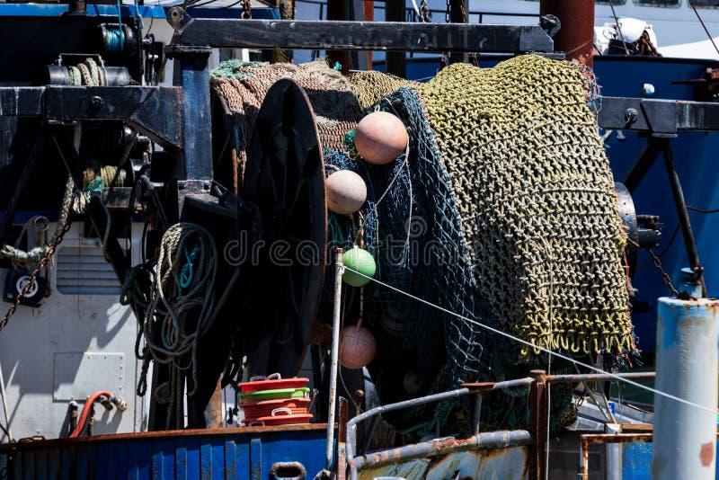 Sieci rybackiej i pławika rolka wspinał się na naczyniu zdjęcia stock