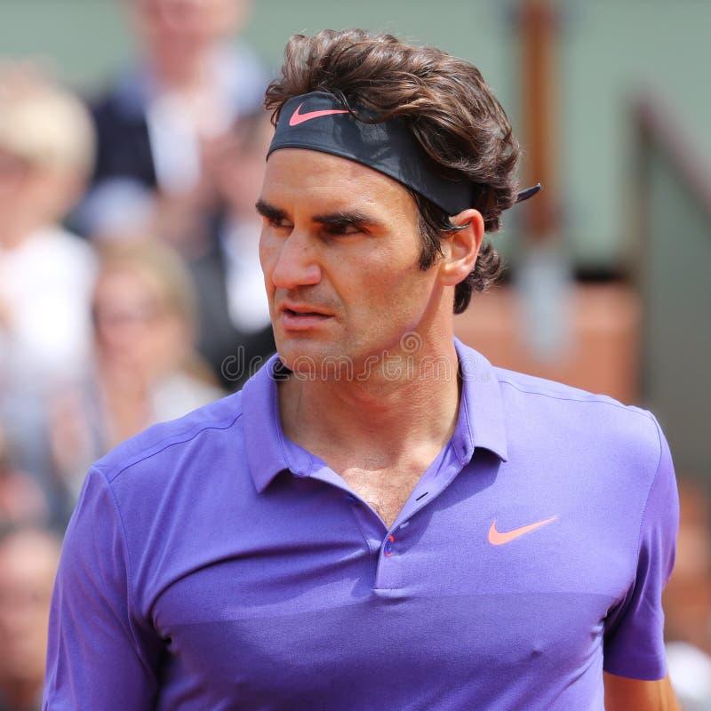Siedemnaście czasów wielkiego szlema mistrz Roger Federer w akci podczas jego trzeci round dopasowania przy Roland Garros 2015 obrazy stock