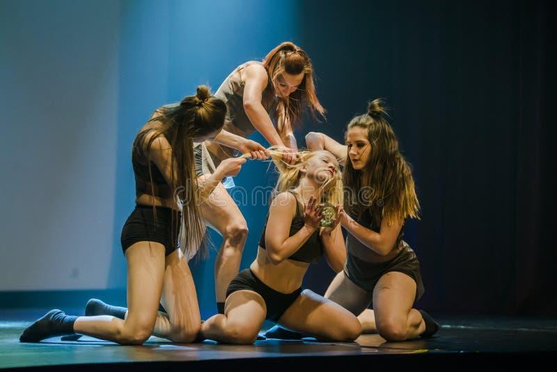 Tänzer des Luz Tanz-Theaters führen am Stadium durch stockbilder