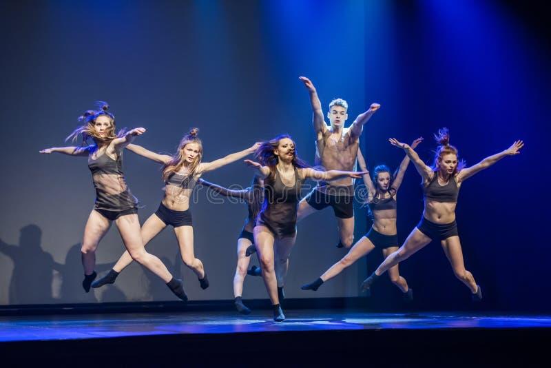 Dansare av den Luz danstheatren utför arrangerar på arkivbild