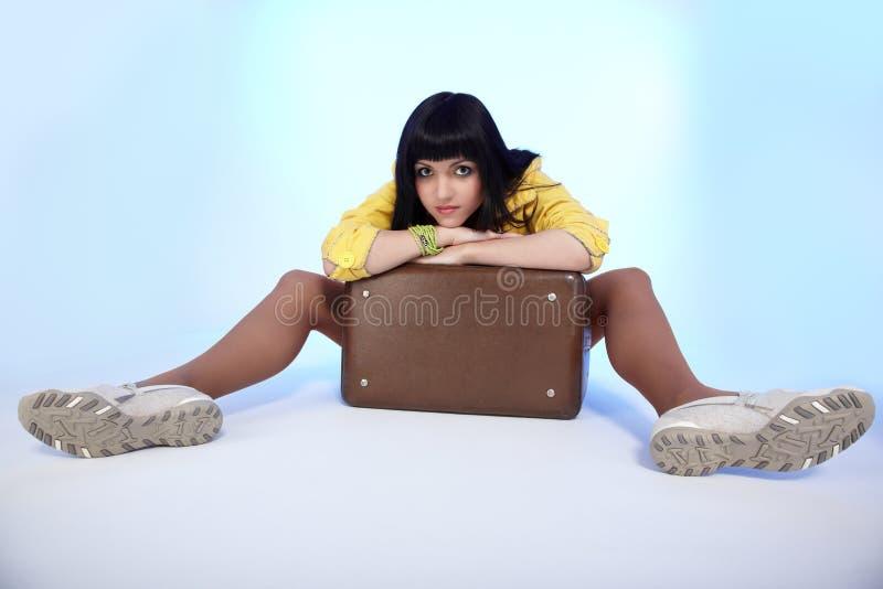 siedząca brunetki walizka zdjęcia royalty free