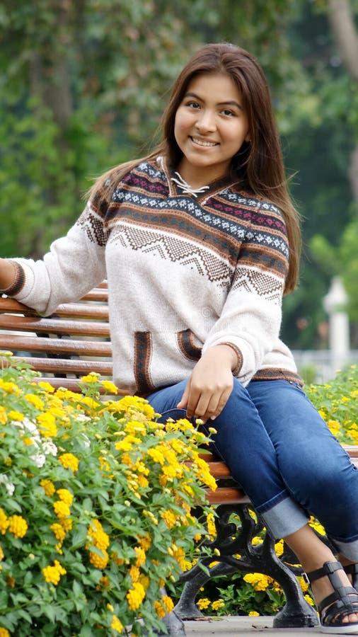 Siedząca Latynoska nastoletnia dziewczyna zdjęcia stock