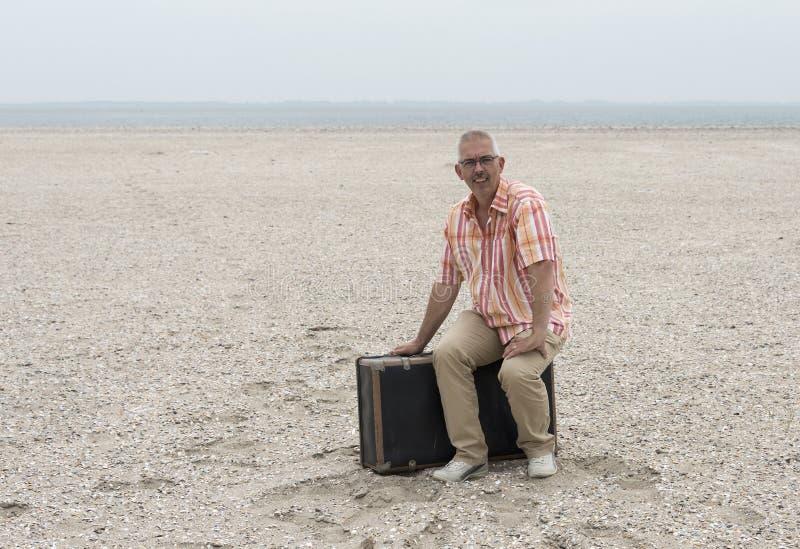 siedząca mężczyzna walizka obrazy royalty free