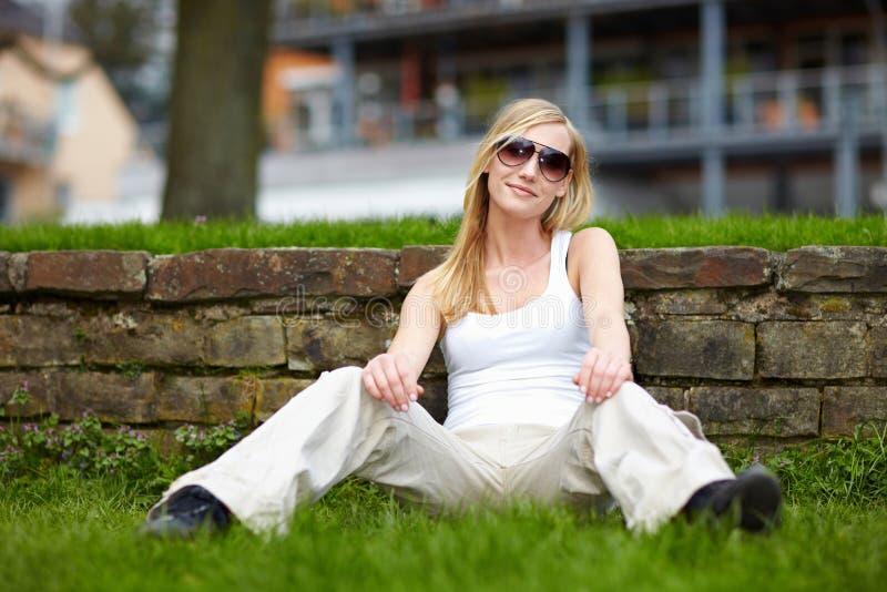 siedząca trawy kobieta zdjęcia stock