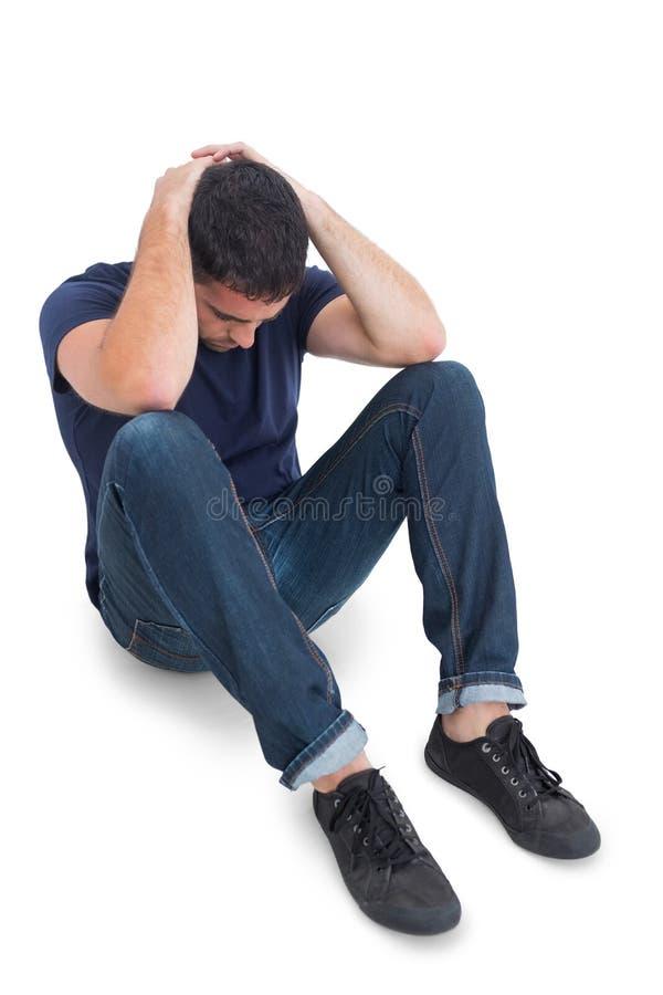 Siedzący wzburzony mężczyzna z rękami za głową fotografia stock