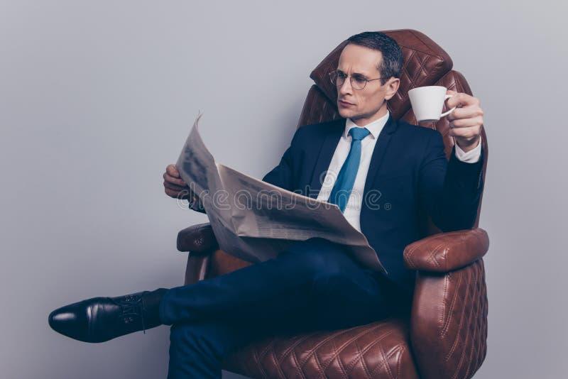 Siedzę cieszy się wygodnego bankowiec inwestycj polityka nagłówka aktualizaci peo obraz royalty free