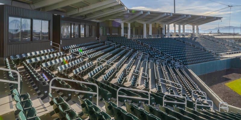 Siedzenia i pokoje przy areną sportową na słonecznym dniu fotografia stock