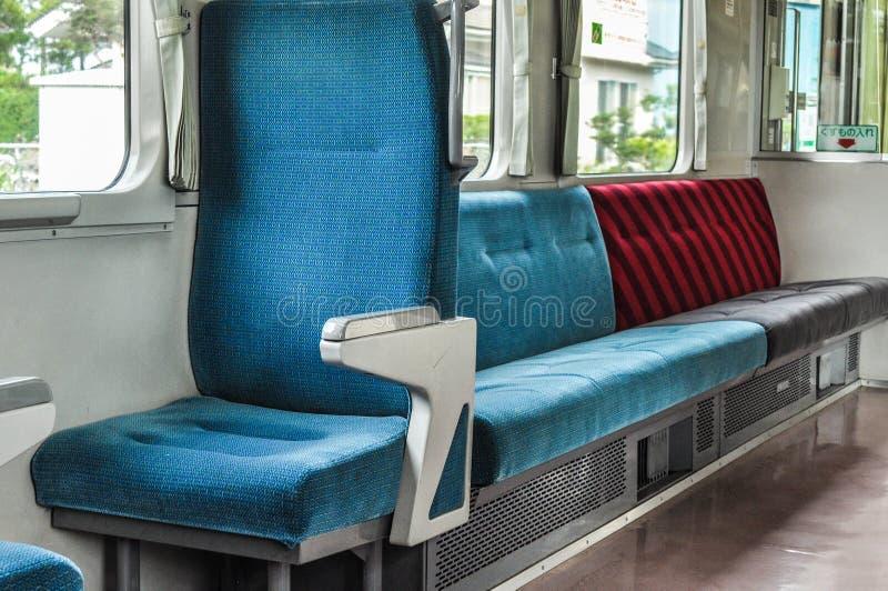 Siedzenia w Japońskich pociągach przekładowych dla odgórnego dobra teksta: kosz na śmieci zdjęcie royalty free