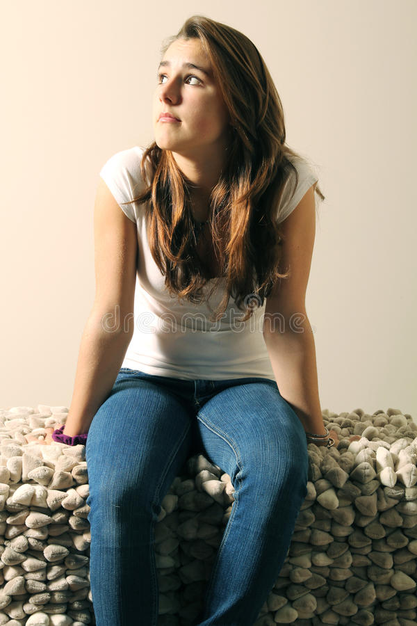 siedzi kanapa nastolatka zdjęcie stock