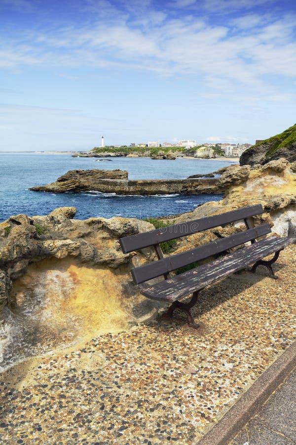 Siedzi podczas słonecznego dnia i widok latarnia morska Biarritz Francja, zdjęcie royalty free