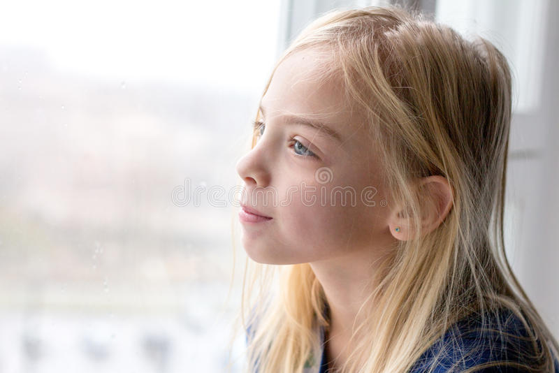 siedział słodki okna dziewczyny zdjęcia stock