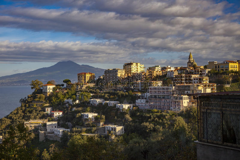 Siedziba hotel w Sorrento bocznego widoku drogowym mediterranea i dom fotografia royalty free