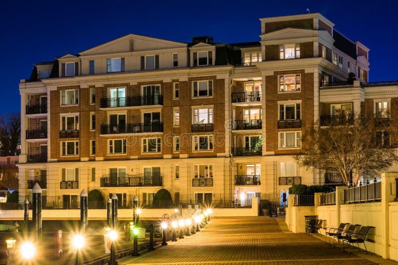 Siedziby i nabrzeże deptak przy nocą, przy Wewnętrznym schronieniem w Baltimore, Maryland zdjęcie royalty free