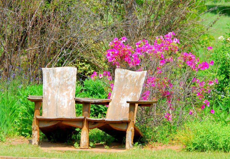 Siedzieć krzesła w ogródzie botanicznym zdjęcia stock