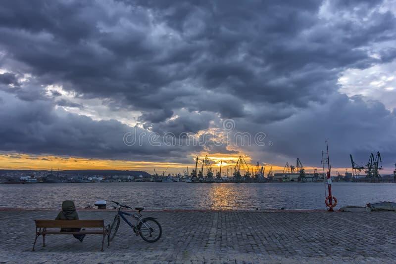 siedzieć na ławce w schronieniu podziwiać zmierzch, wschód słońca/ obrazy stock