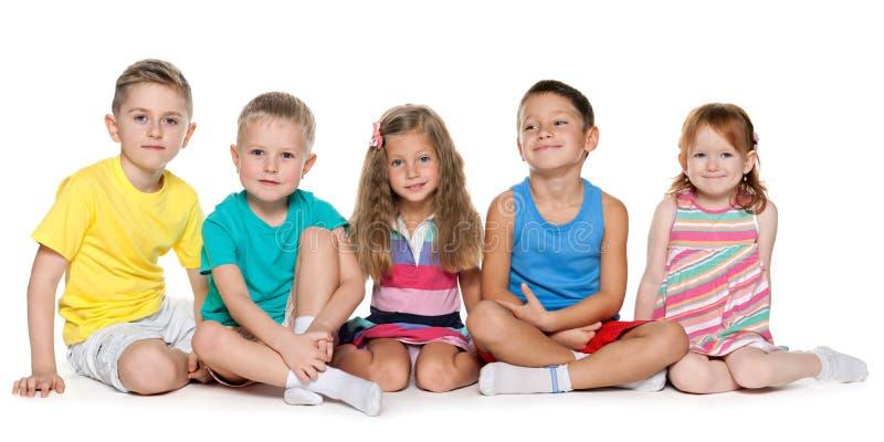 Siedzieć pięć rozochoconych dzieci fotografia stock