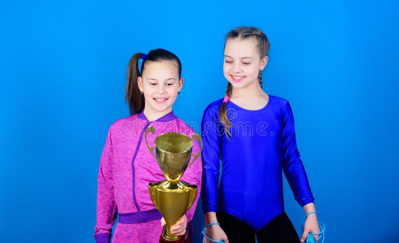 Sieg von jugendlich Mädchen Akrobatik und Gymnastik Wenig Mädchen halten Seilspringen Sieger in Konkurrenz Sporterfolg stockbild