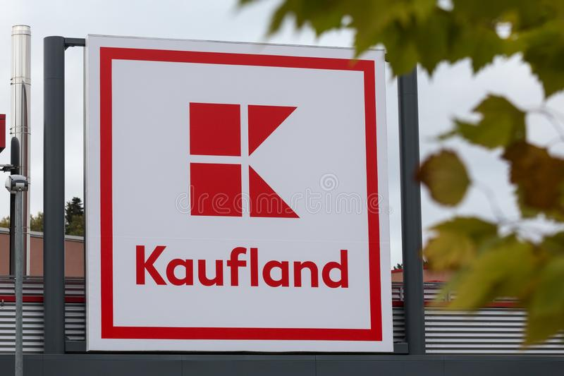 Siegen norr Rhen-Westphalia/Tyskland - 28 10 18: kauflandbyggande undertecknar in siegenen Tyskland royaltyfri fotografi