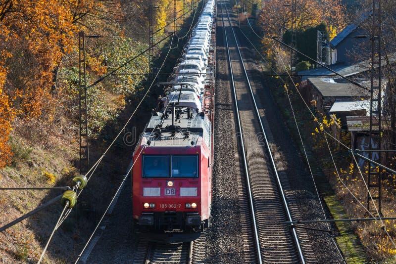Siegen, Renania settentrionale-Vestfalia/Germania - 14 11 18: treno di automobile vicino al siegen Germania fotografie stock
