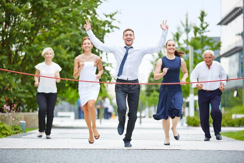 Sieger beim Laufen mit einem Geschäftsteam lizenzfreie stockfotografie