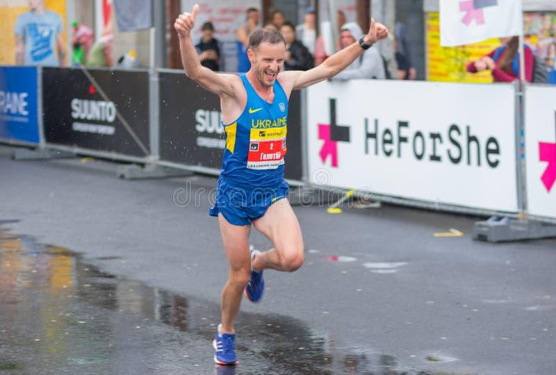 Sieger, der während des Halbmarathon ` Interipe Dnipro ` Rennens läuft stockfotos