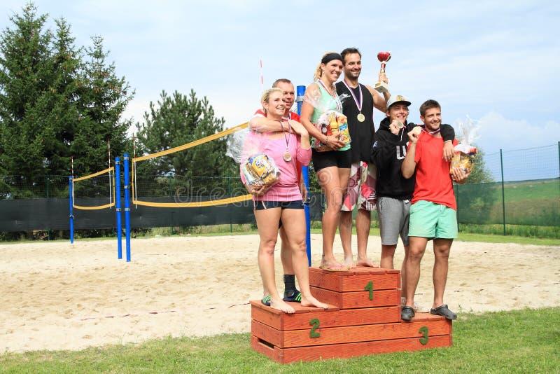 Sieger des Turniers im Strandvolleyball stockfoto