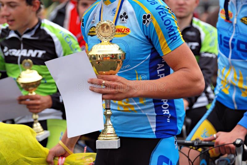 Sieger nimmt ein Preiscup lizenzfreies stockbild