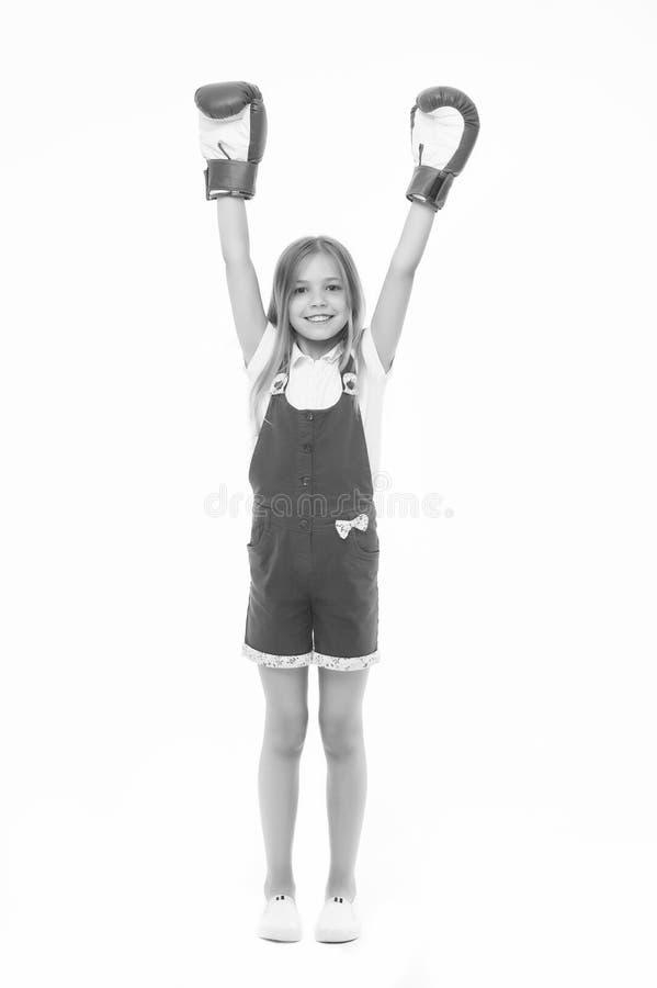 Sieger nimmt es aller Mädchen auf dem lächelnden Gesicht, das mit Boxhandschuhen als Sieger, lokalisierter weißer Hintergrund auf lizenzfreies stockbild