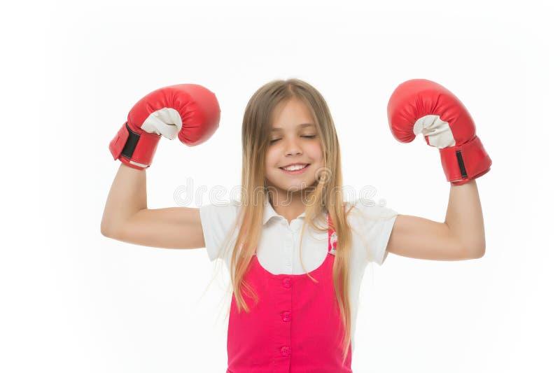 Sieger nimmt ihm alles Kind ehrgeiziger Gleichgewinn und -erfolg Mädchen auf dem lächelnden Gesicht, das mit Boxhandschuhen als S stockbild