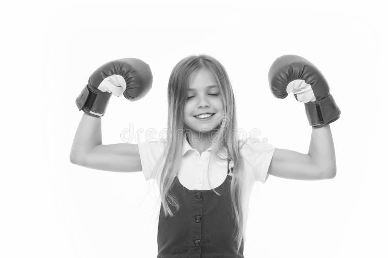 Sieger nimmt ihm alles Kind ehrgeiziger Gleichgewinn und -erfolg Mädchen auf dem lächelnden Gesicht, das mit Boxhandschuhen als S lizenzfreie stockbilder