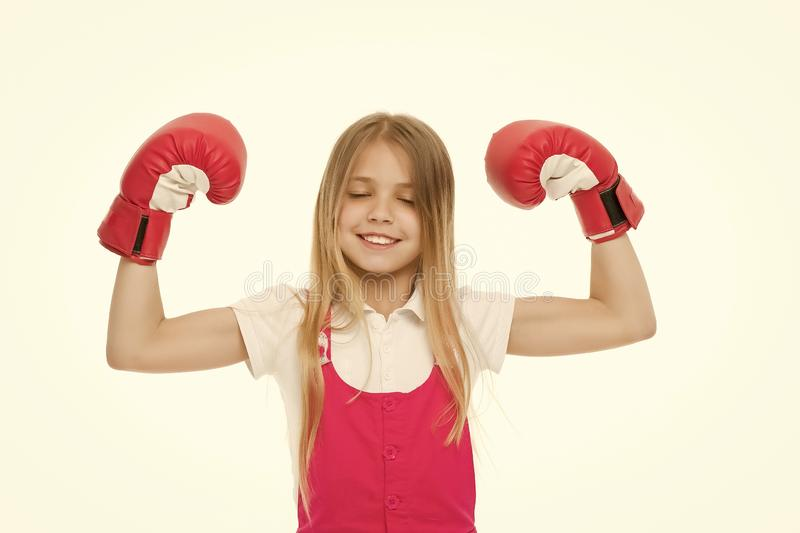 Sieger nimmt ihm alles Kind ehrgeiziger Gleichgewinn und -erfolg M?dchen auf dem l?chelnden Gesicht, das mit Boxhandschuhen als S stockfotografie