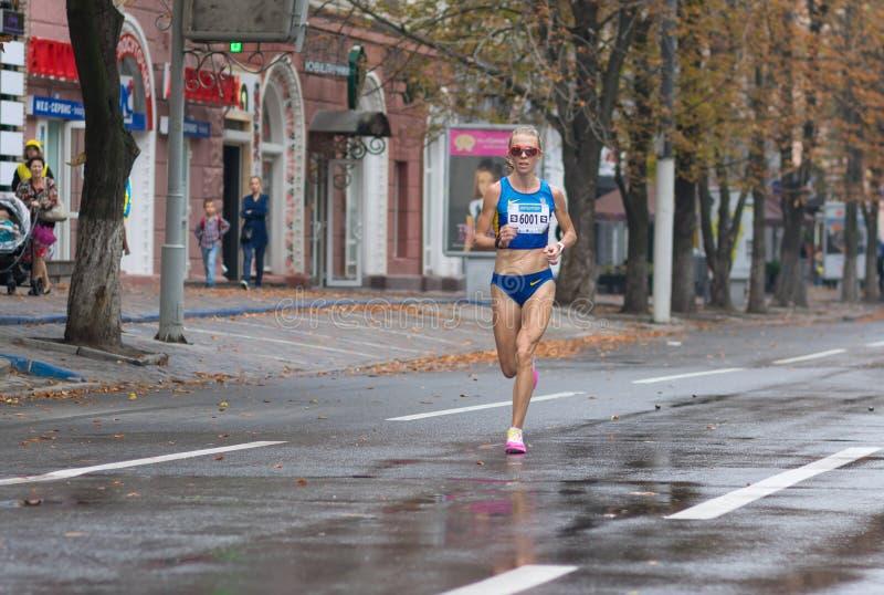 Sieger Oleksandra Shafar, der auf einer Stadtstraße während der ukrainischen Meisterschaft im Marathon unter Erwachsenen läuft lizenzfreie stockfotos