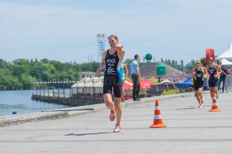 Sieger Tjasa Vrtacic, Slowenien, das am Frauen ` s Rennen während Triathlon Junior European Cup Dnipro ETU konkurriert lizenzfreie stockfotografie