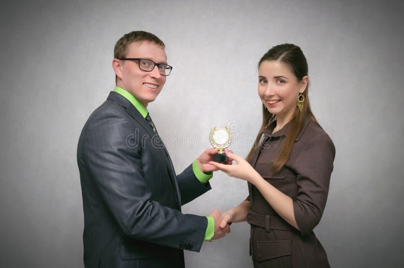 Siegerehrung Gewährung einer Goldmedaille stockfotos