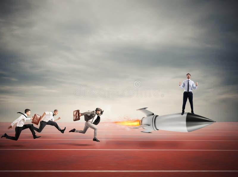Siegergeschäftsmann über einer schnellen Rakete Konzept des Geschäftswettbewerbs stockfotografie