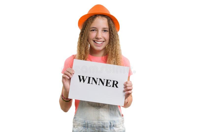 Siegertextnachricht geschrieben auf Weißbuch in Mädchen des Handrecht jungen jugendlich, lächelndes Mädchen im Hut auf lokalisier lizenzfreies stockbild