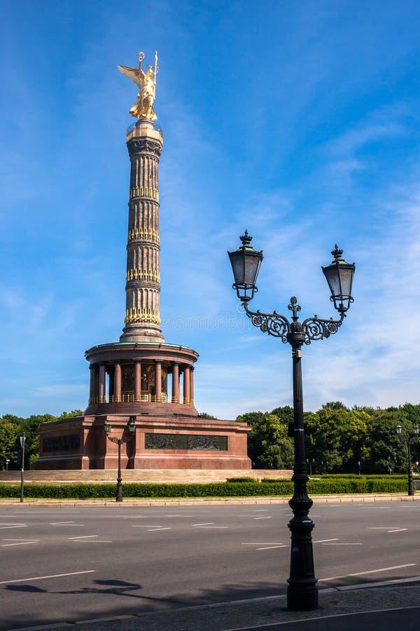 Siegessaule (柏林胜利专栏)和街灯 免版税图库摄影
